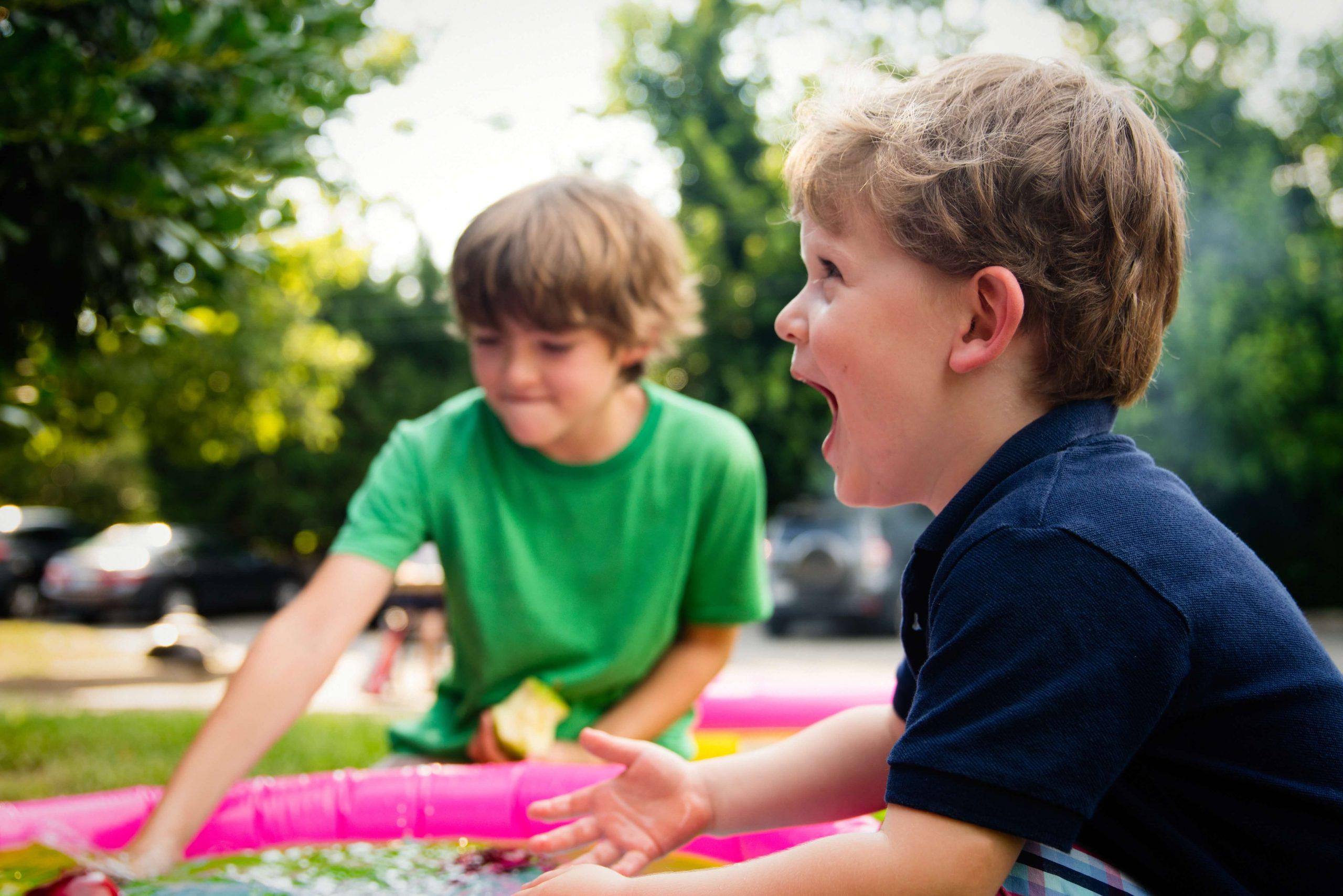 2 enfants heureux dans un parc